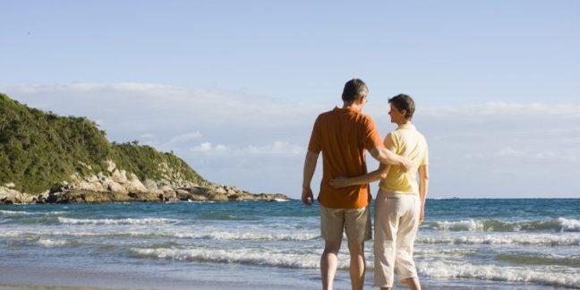 Retired-Couple-Walking-on-Beach-750x375.jpg