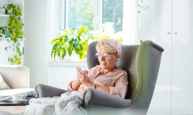 anciana-en-casa-t